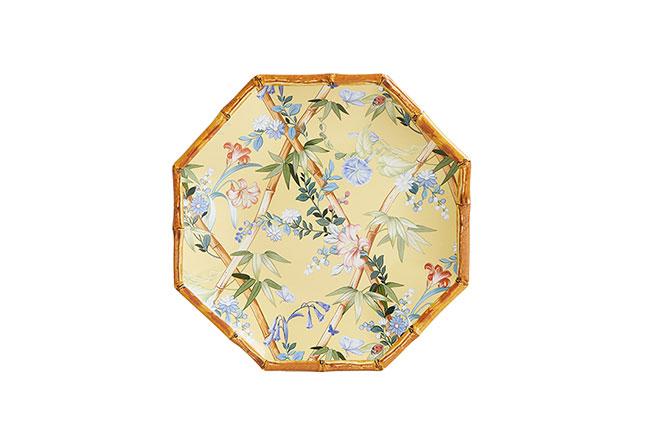 ZARA HOME | Composto por graciosa estampa floral e fundo colorido, o prato de jantar, em melamina, aposta em um diferencial: borda com efeito de bambu. Na coleção, também há prato de sobremesa, bowl e bandeja