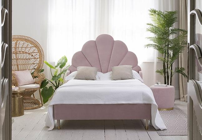 SWEETPEA & WILLOW | Adicionando um toque romântico, a cabeceira em formato de concha da cama Ariel traz design segmentado. Compondo a coleção Handmade in London, o modelo aposta em pés contemporâneos, com acabamento dourado