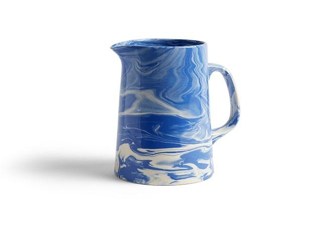HAY DESIGN | Com design exclusivo, a jarra produzida em porcelana colorida apresenta um efeito marmorizado elegante e super charmoso