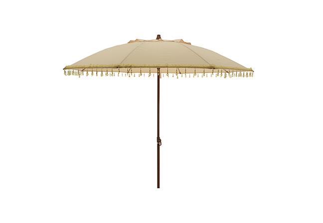 ELLA JAMES: Acrescentando charme e elegância, o ombrelone apresenta um design composto por um mastro de aço com acabamento em grão de madeira e tecido poliéster repelente à água. O modelo, com 1,80 (diâmetro) x 2 m (altura), incorpora também miçangas de gotas de coração no acabamento