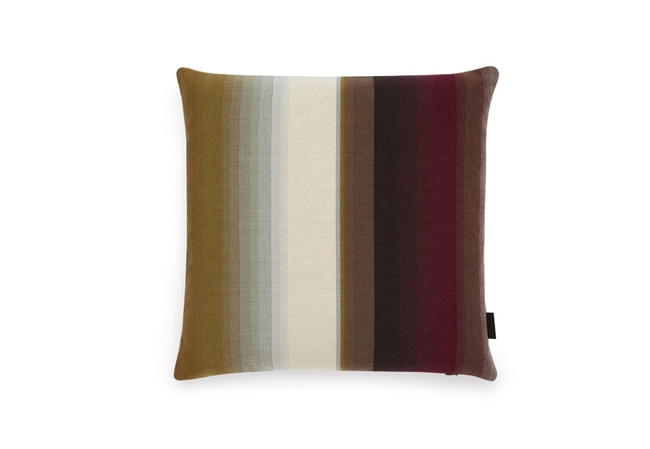 MOMA DESIGN STORE: Na cor Mesa One, a almofada Blended Stripe, Maharam, introduz um toque único nas listras clássicas. Com design de Paul Smith, é feita em algodão