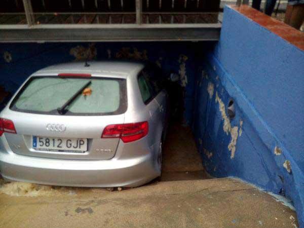Otro de los coches arrastrados por la riera. Autor: Policia Local de Canet