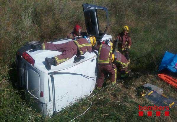 Los Bomberos trabjando para sacar los ocupantes de un vehículo accidentado (Foto de Archivo)