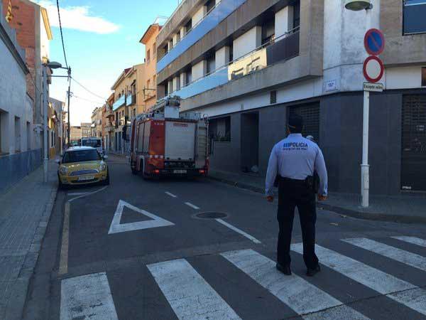 La policía de Malgrat cortando la calle para permitir el trabajo de los bomberos. Foto:@PoliciaMalgrat