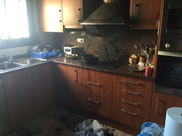 Estado en que ha quedado la cocina tras el incendio. Foto: @PoliciaMalgrat