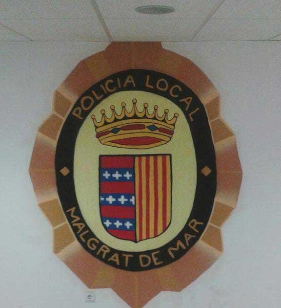 El escudo pintado en la comisaría por el gratitero. Foto: Policía Local de Malgrat de Mar