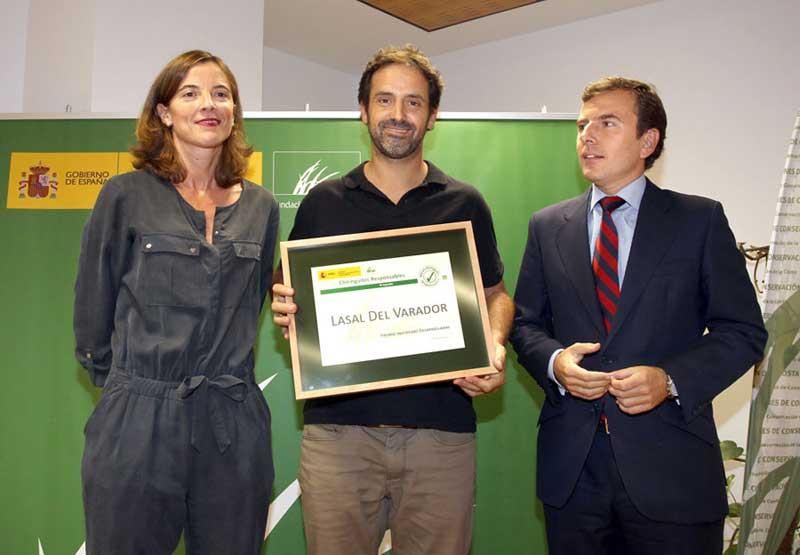 Ricard Jornet recibiendo el premio de manos del Secretario de Estado de Medio Ambiente