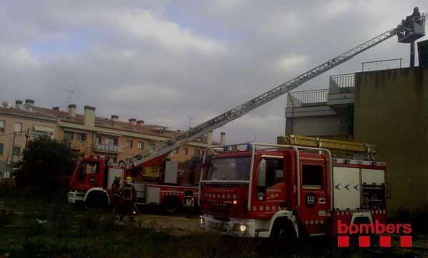 Los bomberos tuvieron que utilizar las escaleras para evacuar la mujer