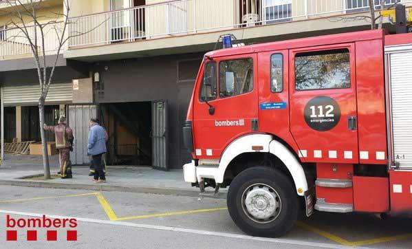 Efectivos de los bomberos delante de la discoteca de Malgrat