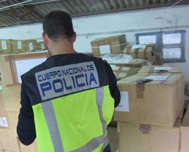 Un agente de la policía en el almacén de Cabrera