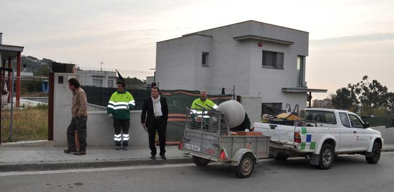 Los operarios municipales tomando posesión de la vivienda. Foto. Ajt. de Sant Vicenç de Montalt