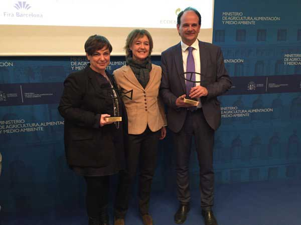 La alcaldesa de Tiana recibiendo el premio de mano de la Ministra de Medio Ambiente
