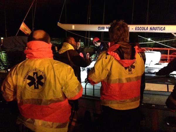 Efectivos del SEM atendiendo a los tripulantes tras llegar a puerto. Foto: SEM