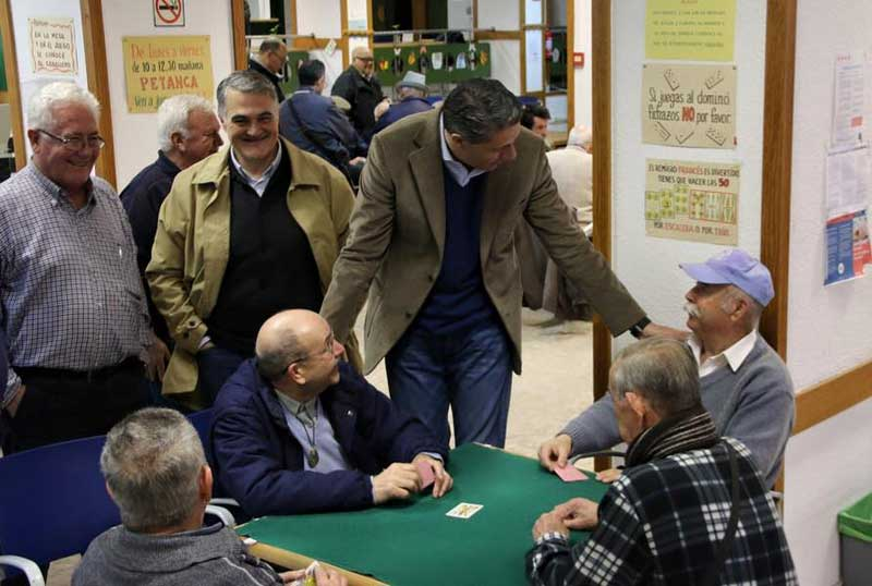 Xavier Garcia Albiol hablando con unos jubilados en Mataró