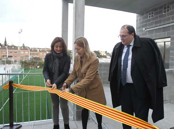 Las autoridades inaugurando las nuevas gradas