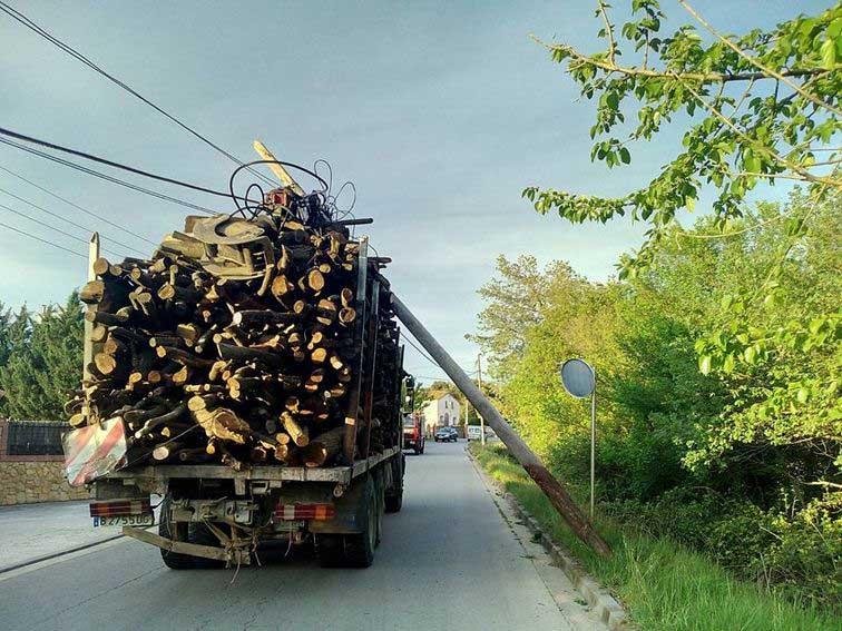 El camión arrastró un palo de la luz. Foto: Ràdio Tordera