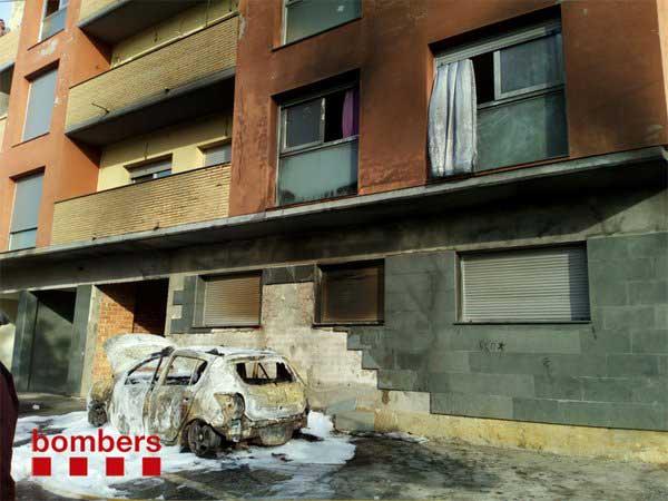 Estado del coche y de la fachada tras apagarse el fuego
