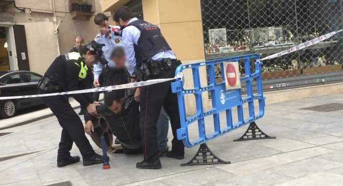 Los policias sacando al ladrón del alcantarillado. Foto: Ràdio Arenys