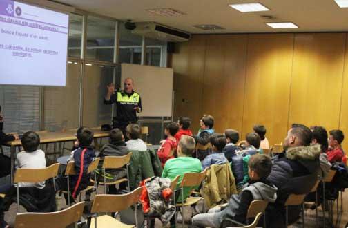 Las charlas han empezado con los jóvene del UD Cirera. Foto: Policia Local de Mataró