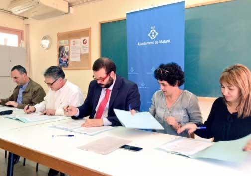 Los representantes de PSC, CIU y PP firmando el acuerdo. Foto: Ajt de Mataró