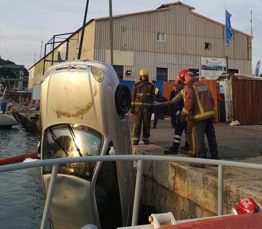 Los bomberos sacando el coche del puerto. Foto: Ajt. Arenys de Mar