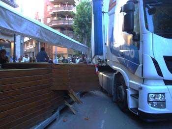 El camión chocó contra la terraza