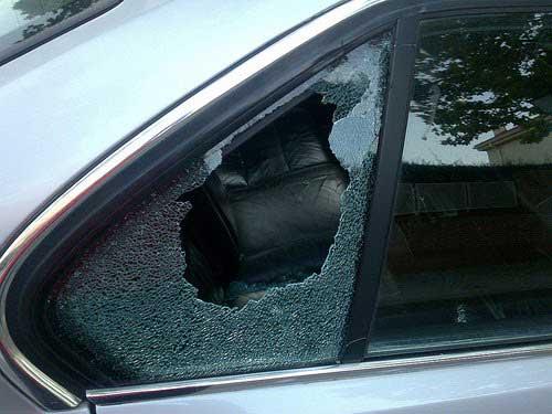 El detenido rompió los cristales de los vehículos