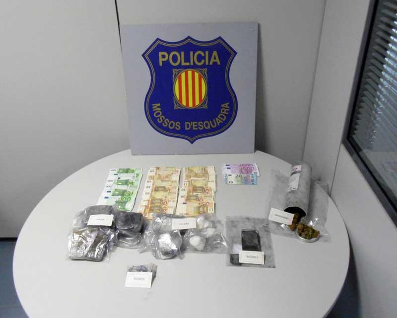 La droga y el dinero capturado al traficante