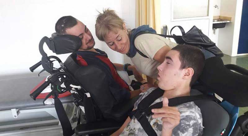 El joven Sergio Marmol, junto a su madre y su hermano, arrastra graves secuelas