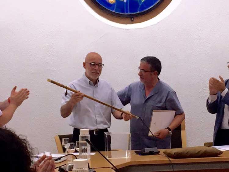Joan Castaño entregando la vara de alcalde a su sucesor, Francesc Deulofeu