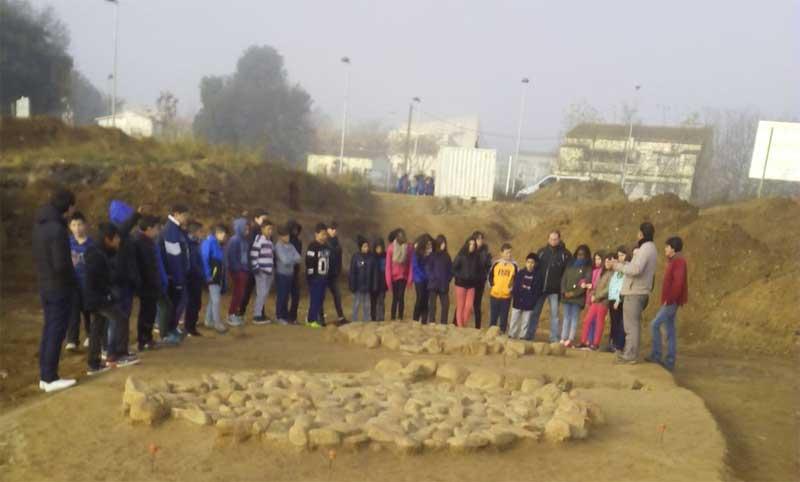 Jóvenes de Canovelles visitando el yacimiento