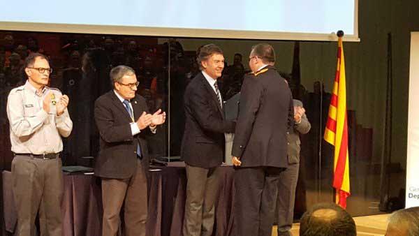 Joan Delort entregando el reconocimiento a Protección Civil de Sant Fost