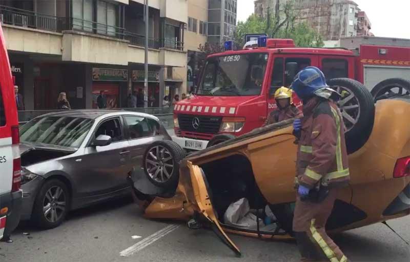 Uno de los vehículos quedó volcado. Foto: R. Calsina