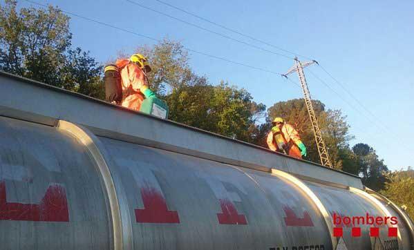 Los bomberos trabajando en la cisterna accidentada