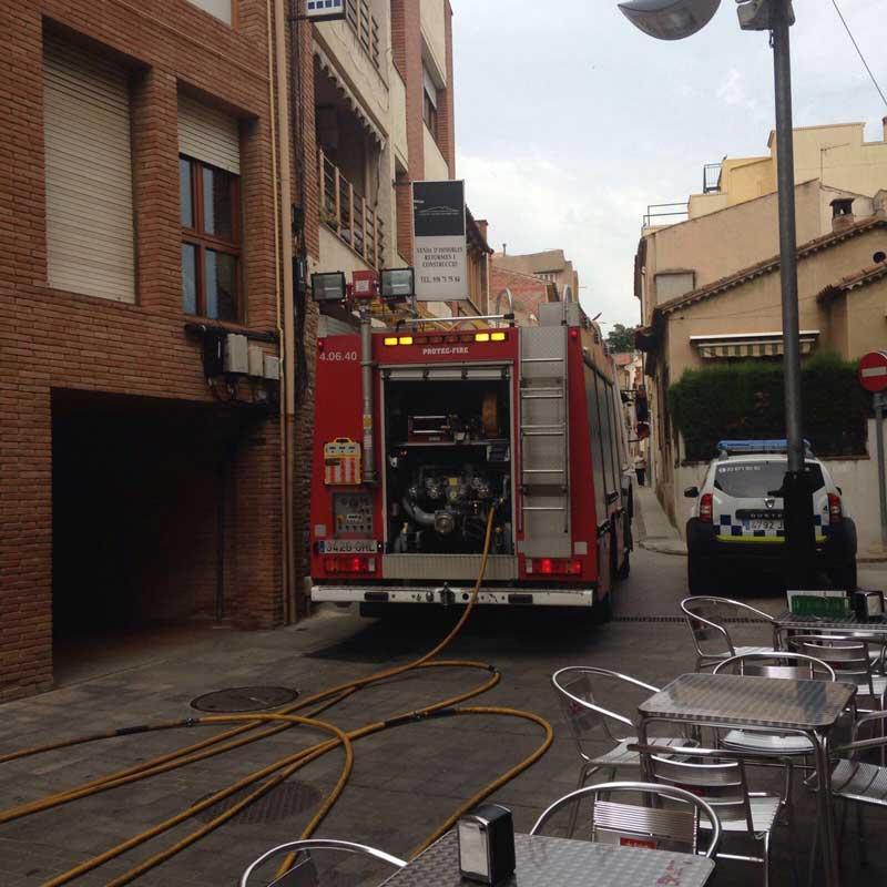 Los bomberos durante su actuación. Foto: Policia Local de la Garriga