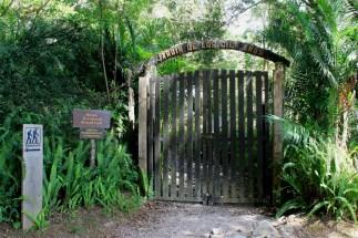 Entrada hacia el Jardín de los Cien Años
