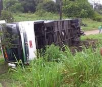 Ônibus da Viação Jauá tomba na BR-101 em Cruz das Almas