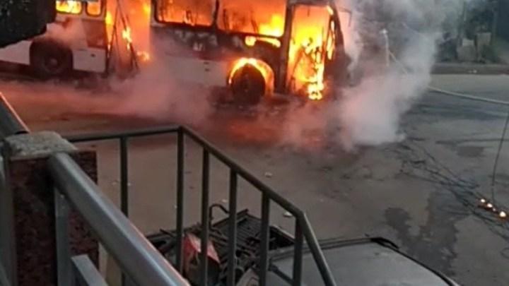 Ônibus pega fogo neste sábado em Barra do Piraí/RJ