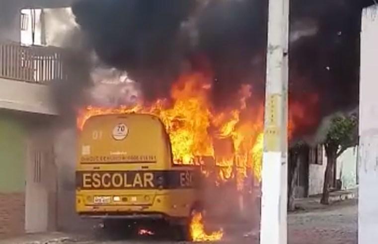 Ônibus escolar é incendiado por vândalo no Ceará
