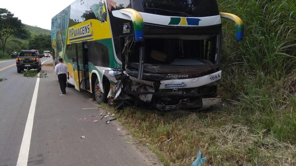 Acidente entre carro e ônibus deixa três mortos na BR-116 em Além Paraíba