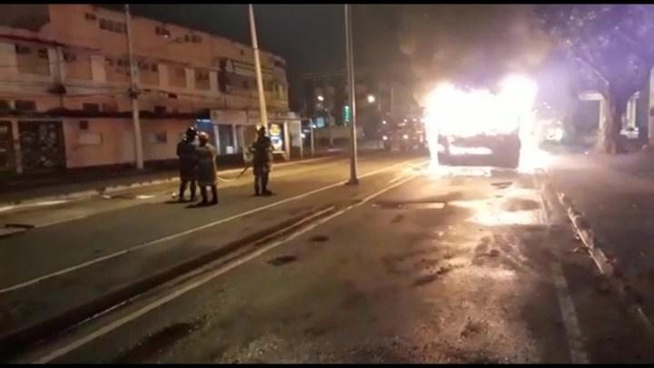 Rio: ônibus do BRT pega fogo em Madureira