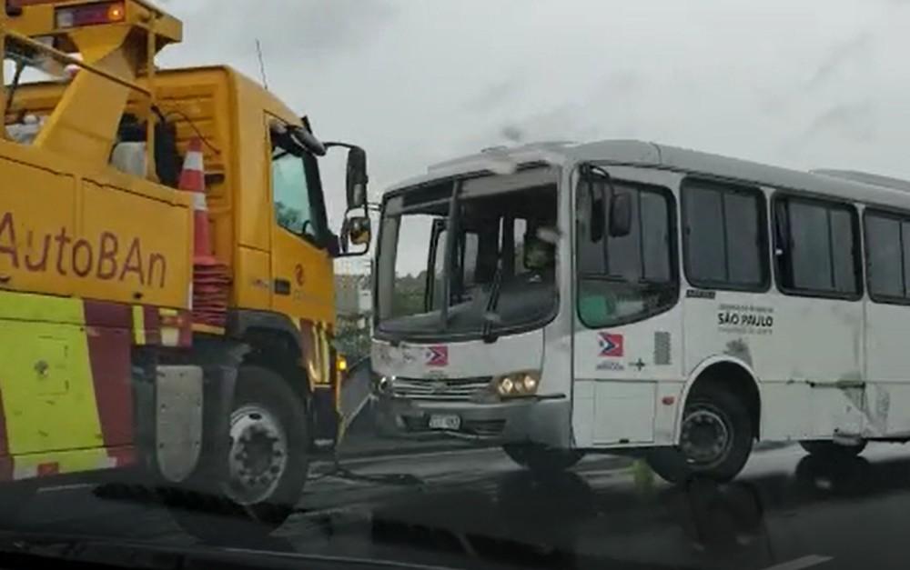SP: ônibus fica atravessado na rodovia Anhanguera