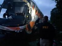 Ônibus uruguaio tomba na BR-116 em Cristal/RS e deixa dois mortos
