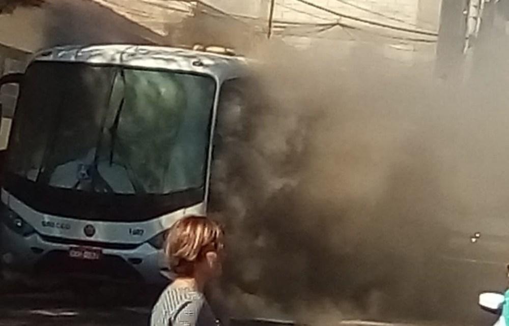 Ônibus pega fogo em Lençóis Paulista