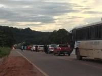 Moradores interditam a BR-163 em Santarém