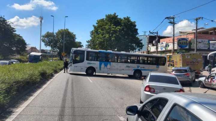 Ônibus fica atravessado em rodovia de São Gonçalo no Rio