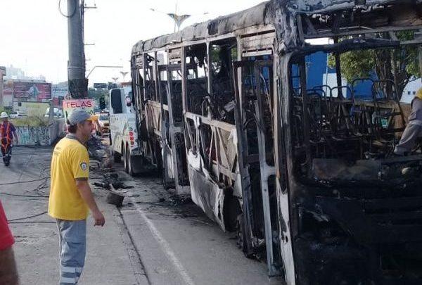 Ônibus pega fogo em Mauá/SP