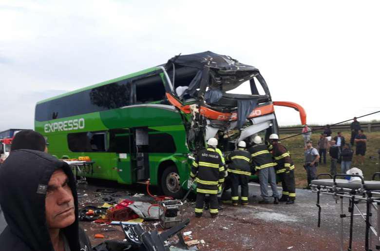 Acidente entre caminhão e ônibus deixa 16 feridos em São Paulo