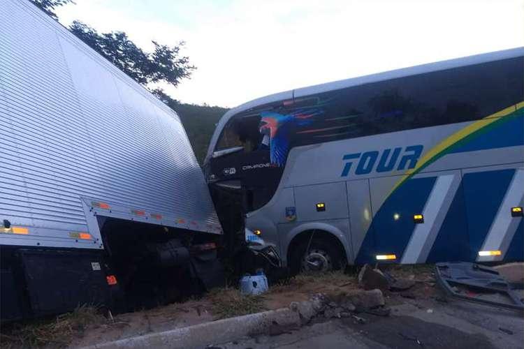 Acidente entre carreta e ônibus deixa um morto e 12 feridos na BR-251 em MG