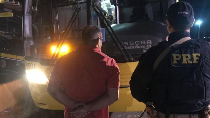 PRF prende passageiro de ônibus com mandato de prisão aberto na BR-104